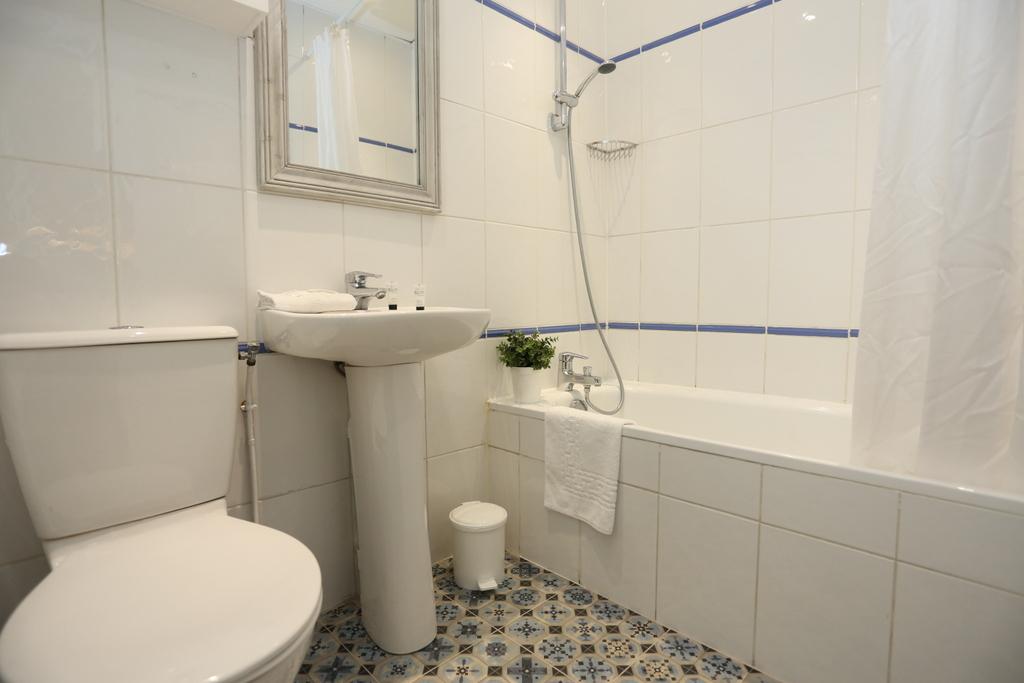 Chambre Quadruple (salle de bain privée)_29 - Le Regent Montmartre